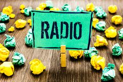 Scrittura concettuale della mano che mostra radio La foto di affari che montra l'attrezzatura elettronica utilizzata per ascoltar Fotografia Stock Libera da Diritti