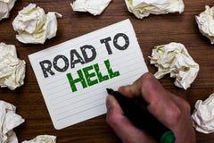 Scrittura concettuale della mano che mostra strada all'inferno Foto di affari che montra viaggio pericoloso rischioso scuro mA de immagine stock