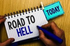 Scrittura concettuale della mano che mostra strada all'inferno Foto di affari che montra viaggio pericoloso rischioso scuro mA de fotografie stock