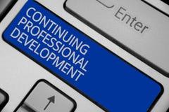 Scrittura concettuale della mano che mostra sviluppo professionale continuo Testo della foto di affari che segue e che documenta  fotografie stock