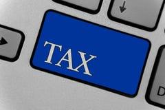 Scrittura concettuale della mano che mostra tassa Il pagamento obbligatorio del testo della foto di affari delle tasse dalla gent Immagine Stock