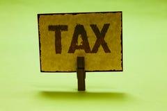 Scrittura concettuale della mano che mostra tassa Il pagamento obbligatorio del testo della foto di affari delle tasse dalla gent Fotografie Stock Libere da Diritti