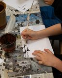 Scrittura del bambino con una spoletta fotografia stock