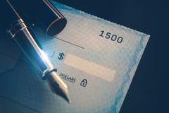 Scrittura del pagamento del controllo fotografia stock libera da diritti
