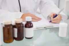 Scrittura del veterinario sulla lavagna per appunti le prescrizioni Fotografie Stock
