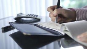 Scrittura dell'assegno stock footage