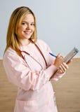 Scrittura dell'infermiera sui appunti immagini stock libere da diritti