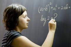 Scrittura dell'insegnante sulla lavagna Immagini Stock Libere da Diritti