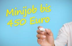Scrittura dell'uomo d'affari nell'euro giallo della Banca dei Regolamenti Internazionali 450 del minijob Fotografie Stock Libere da Diritti