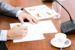 Scrittura dell'uomo d'affari sulle note di carta Fotografie Stock Libere da Diritti