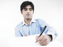 Scrittura dell'uomo su una scheda bianca fotografie stock libere da diritti