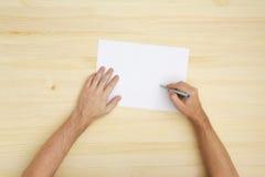 Scrittura dell'uomo sul documento Fotografie Stock