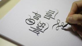 Scrittura della calligrafia gotica la mano femminile scrive con la penna video d archivio