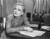Scrittura della donna allo scrittorio Fotografie Stock