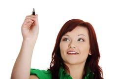 Scrittura della donna con una penna sullo schermo astratto Fotografie Stock