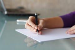 Scrittura della donna di affari con la penna Fotografia Stock Libera da Diritti