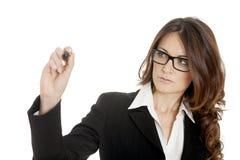 Scrittura della donna di affari con la penna di indicatore nera sullo schermo virtuale Fotografie Stock
