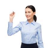 Scrittura della donna di affari qualcosa nell'aria Fotografia Stock Libera da Diritti