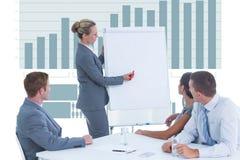 Scrittura della donna di affari in un grafico nel corso di una riunione d'affari Fotografia Stock Libera da Diritti