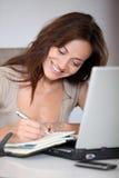 Scrittura della donna nell'ordine del giorno Immagine Stock Libera da Diritti