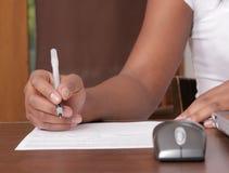 Scrittura della donna sul documento Fotografia Stock Libera da Diritti