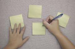 Scrittura della mano nella nota di carta su tessuto Immagine Stock Libera da Diritti