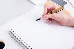 Scrittura della mano in primo piano a spirale del blocco note Immagini Stock