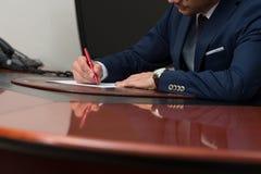 Scrittura della mano sul documento Immagini Stock Libere da Diritti