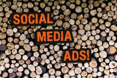 Scrittura della nota che mostra gli annunci sociali di media Foto di affari che montra pubblicità on line che fuoco su rete socia fotografia stock libera da diritti
