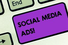Scrittura della nota che mostra gli annunci sociali di media Foto di affari che montra pubblicità on line che fuoco su rete socia immagini stock