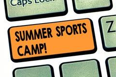 Scrittura della nota che mostra il campo di sport di estate Foto di affari che montra fornendo le facilità per il cibo di sonno e immagine stock
