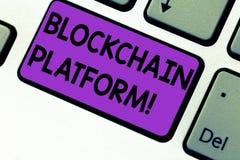Scrittura della nota che mostra la piattaforma di Blockchain Foto di affari che montra scambio digitale di Cryptocurrency sullo s immagine stock libera da diritti