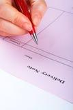 Scrittura della nota di consegna in bianco con la penna fotografie stock