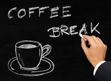 Scrittura della pausa caffè sulla lavagna con la tazza di caffè Fotografia Stock