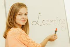 Scrittura della ragazza dello studente che impara parola sulla lavagna Immagine Stock Libera da Diritti