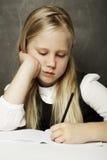 Scrittura della ragazza nell'aula - esame Fotografia Stock
