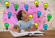 Scrittura della scolara allo scrittorio con i grafici variopinti delle lampadine Immagine Stock