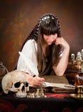 Scrittura della strega nel libro delle ombre Immagine Stock
