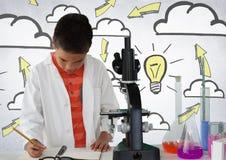 Scrittura dello scienziato dello scolaro con l'idea della lampadina e del microscopio Immagine Stock Libera da Diritti