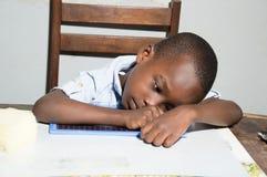 Scrittura dello scolaro sulla sua ardesia Fotografia Stock