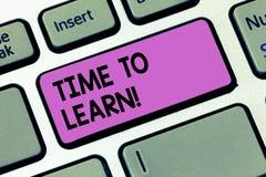 Scrittura dello showingTime della nota per imparare Montrare della foto di affari ottiene la conoscenza nuova o l'abilità educati immagini stock libere da diritti