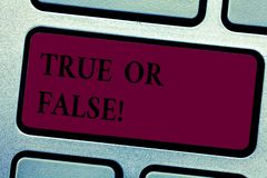 Scrittura dello showingTrue della nota o falso Montrare della foto di affari decide fra un fatto o dire una confusione di dubbio  fotografia stock libera da diritti