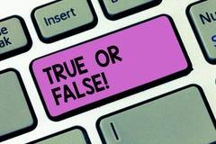 Scrittura dello showingTrue della nota o falso Montrare della foto di affari decide fra un fatto o dire una confusione di dubbio  immagine stock