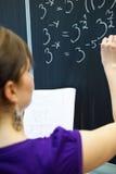 Scrittura dello studente di college sulla lavagna Immagini Stock Libere da Diritti