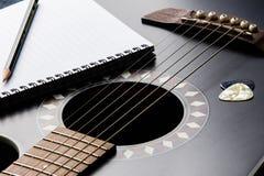 Scrittura di canzone della chitarra Fotografie Stock Libere da Diritti