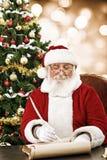 Scrittura di Santa sulla carta del rotolo Fotografia Stock