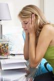 Scrittura infelice dell'adolescente in diario Fotografia Stock