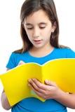 Scrittura latina della ragazza su un taccuino isolato su bianco Fotografie Stock Libere da Diritti