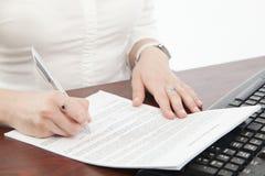 Scrittura a mano della donna di affari Immagine Stock Libera da Diritti