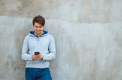 Scrittura SMS del giovane Fotografia Stock Libera da Diritti